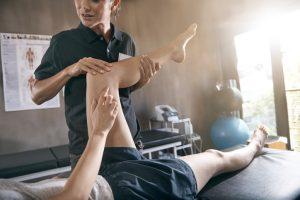 Para las sesiones de fisioterapia y rehabilitación se debe ir con ropa cómoda o deportiva, tanto para la revisión, como para la realización de los ejercicios.