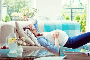 La causa del hipotiroidismo en el embarazo no difiere de las causas sin embarazo. La más frecuente es la enfermedad de Hashimoto, es una enfermedad autoinmune inflamatoria que daña la glándula tiroidea.