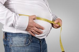 El síntoma principal de la obesidad mórbida es el aumento excesivo de peso, que se traduce en una disminución de movilidad, en una alteración de las articulaciones, mayor riesgo de diabetes mellitus, de enfermedades cardiovasculares como hipertensión, cardiopatía isquémica e ictus y, también puede producir síndrome de apnea del sueño.