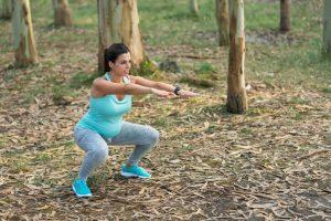 Conviene saber previamente que el suelo pélvico es el conjunto de músculos que cubren el suelo abdominal y sobre el que se apoyan vísceras como el intestino grueso y el recto, el útero en las mujeres y la vejiga en hombres y mujeres. Este conjunto de músculos es clave para el control de esfínteres.