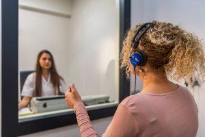 El test auditivo está indicado para todas aquellas personas mayores de 50 años, a las que se recomienda hacer una revisión anual.