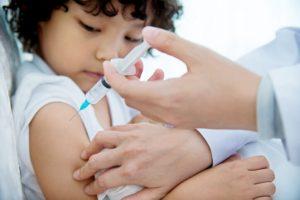La vacuna triple vírica se administra por medio de una inyección subcutánea, aunque también puede ser intramuscular. En los niños pequeños, se administra en la región anterolateral del muslo y, en los niños más mayores y adultos en la región superior del brazo. A los pacientes que tengan alguna alteración de la coagulación de la sangre y los que tengan las plaquetas bajas, se les administra por vía subcutánea.