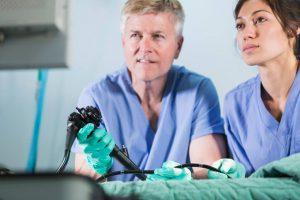 La anoscopia puede hacerse de forma no programada y realizarse en una consulta. A veces es necesario tomar laxantes o ponerse un enema previos antes de la prueba, ya que esta debe realizarse con el recto vacío. Además, el paciente debe vaciar la vejiga antes del procedimiento.
