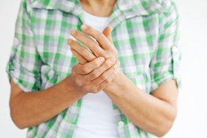 """La artrodesis puede tener como propósito la corrección de una deformidad en el esqueleto, el tratamiento de una fractura ósea en la que exista un gran deterioro de la articulación que no se pueda reconstruir, o, en otras ocasiones, tratar el dolor que puede producir una fractura ya consolidada o """"soldada"""" en la que haya quedado esa secuela."""