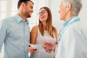 Una pareja que, tras un periodo prudencial, que según la edad puede ser de seis a 12 meses, busca activamente el embarazo