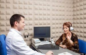 La impedanciometría no requiere ninguna preparación especial. La prueba debe ir precedida de una otoscopia (examen por medio de un otoscopio del oído), para comprobar que el conducto auditivo se encuentra despejado. Ya que la presencia de cera en el mismo altera el resultado de la prueba.