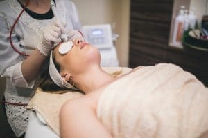 El Efecto lifting es el efecto que se consigue de rejuvenecimiento del rostro con tratamientos no quirúrgicos, que puede ser desde los hilos tensores, procedimientos de láser o incluso radiofrecuencia facial.
