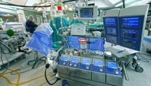 Neumonectomía endoscópica: se realiza mediante mínimas incisiones en las cuales se introduce, por un lado un endoscopio con cámara, y por el resto el instrumental quirúrgico necesario. Es una cirugía menos agresiva, pero si se presenta cualquier complicación puede ser necesario hacer una incisión mayor, dando lugar a cirugía abierta.