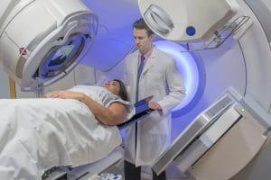 La radioterapia es un tratamiento empleado para tratar el cáncer de mama mediante la emisión de rayos de alta energía para eliminar las células cancerígenas.