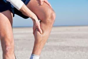 Los ligamentos laterales se clasifican en ligamento medial o interno y ligamento externo. Su función es dar estabilidad a la rodilla evitando que la pierna se mueva hacia los lados cuando la sometemos a un esfuerzo.