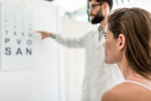 El test de Snellen es una prueba visual que se realiza al paciente para evaluar su capacidad ocular y ver si hay alguna alteración que pueda estar dificultando su visión, midiendo por tanto su agudeza visual.