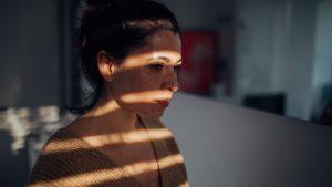 El tratamiento de la depresión está indicado para aquellas personas que presentan una depresión instaurada, no en aquellas con ánimo depresivo.