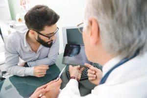 El tratamiento del cáncer de pulmón se basa en la aplicación de tres pilares básicos: cirugía, radioterapia y quimioterapia. La combinación y el momento de aplicación de cada uno de estos tratamientos varían según el tipo de tumor y la extensión que tenga este.