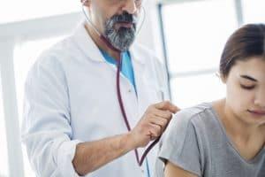Los alvéolos pulmonares es la zona donde el oxígeno pasa del pulmón a la sangre.