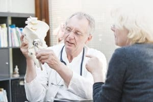 La prótesis de cadera tiene un doble componente; femoral y acetabular.