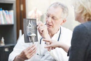 La prótesis de rodilla se usa para sustituir una articulación de rodilla afectada por una artritis reumatoide o bien por una artrosis, siendo este el caso más frecuente por el cual se sustituye una articulación.