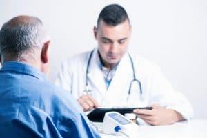 La ureterorrenoscopia es un exploración endoscópica del uréter y a veces de la pelvis renal, que consiste en introducir por la uretra un endoscopio (instrumento largo y muy fino de fibra óptica y adaptado a una cámara). Mediante el cual es posible explorar el uréter y el riñón sin realizar ninguna herida.