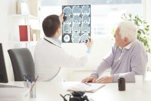 La cavidad craneal es una cavidad rígida que está formada por masa encefálica y líquido cefalorraquídeo principalmente, además de sangre que se encuentra en el compartimiento arterial y venoso