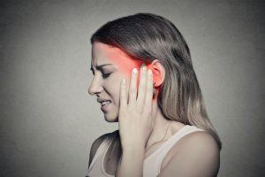 En algunas ocasiones, se confunde el dolor de la articulación temporomandibular con el dolor de oído, esto se debe a que el dolor se refiere en la misma zona.