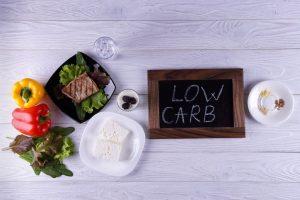 En una dieta baja en carbohidratos se debe evitar el consumo de azúcar.