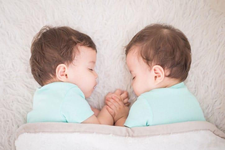 En el caso de los embarazos producidos por la fecundación de dos o más óvulos a la vez, cada embrión se desarrolla de forma independiente.