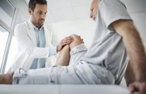 La hemartrosis produce un aumento de líquido dentro de la articulación y, con ello, un aumento de la presión intraarticular.