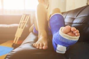 Las causas de una epifisiolisis son los golpes o caídas.