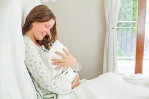 Se diferencia del parto normal, en el que en este se pueden administrar agentes anestésicos para evitar el dolor.